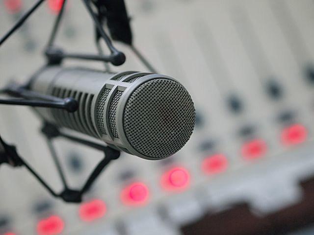 melatih suara untuk jadi penyiar radio